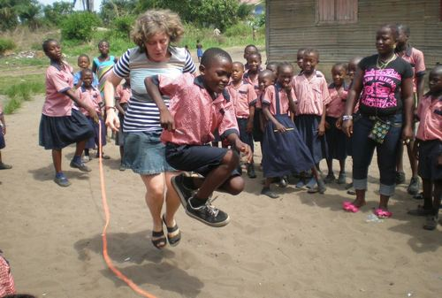 Elisabeth and a child playing the jump-rope game